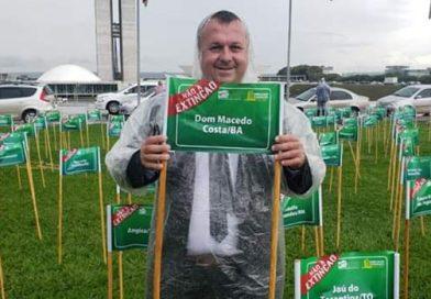 """Em frente ao Congresso o prefeito Guito Piton com muita chuva e junto com centenas de Prefeitos protestam contra a extinção de Municípios. """" A LUTA CONTINUA!"""""""