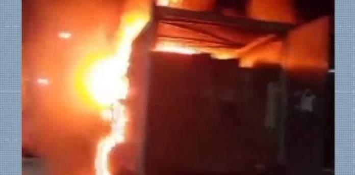 Caminhão carregado com brinquedos pega fogo no sudoeste da Bahia e tem carga saqueada