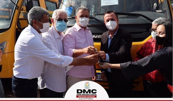 Governador Rui Costa entrega ônibus escolar para a prefeitura de Dom Macedo Costa